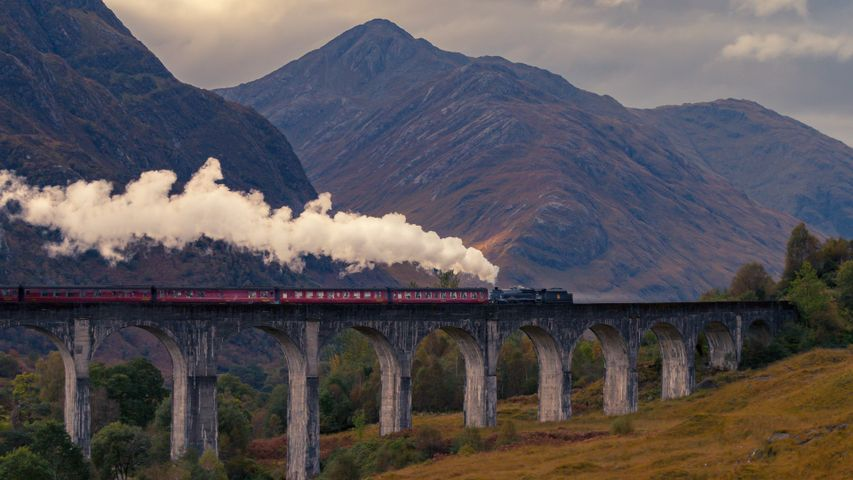 Trains on Bridges PREMIUM 4K Windows 10 Theme