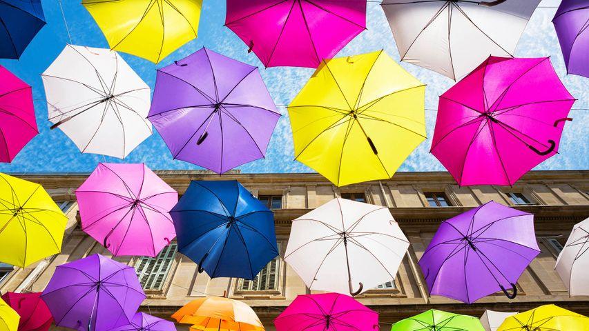 Parapluies flottant à Arles par le Umbrella Sky Project
