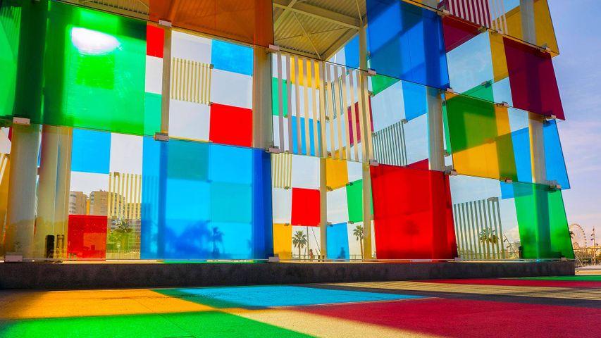 La Malagueta a través de los paneles multicolor del Centro Pompidou, Málaga