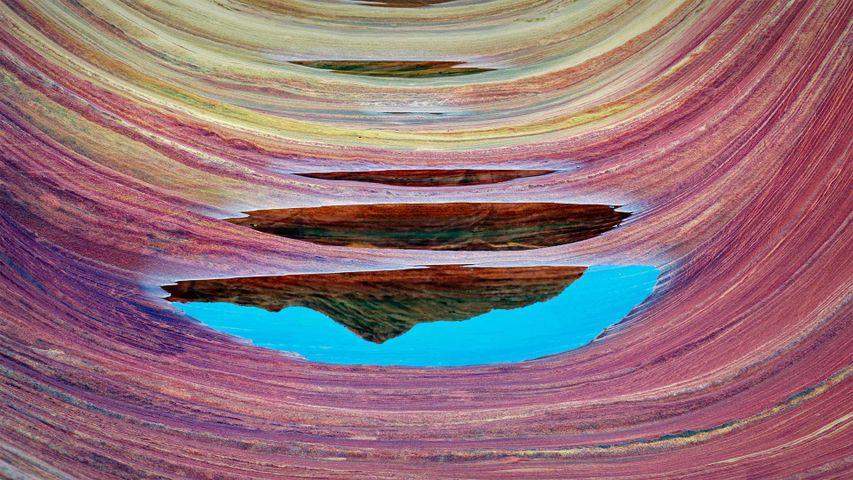 波浪谷中的砂岩层和积水,亚利桑那州朱红悬崖国家纪念碑
