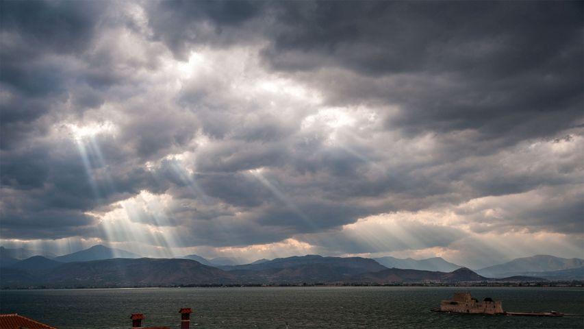 Wolkenstrahlen über dem Saronischen Golf, Griechenland