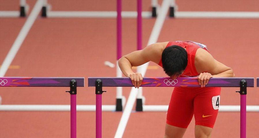2012年8月7日伦敦奥林匹克体育场内男子110米栏预赛第一轮,刘翔伤后亲吻栏架