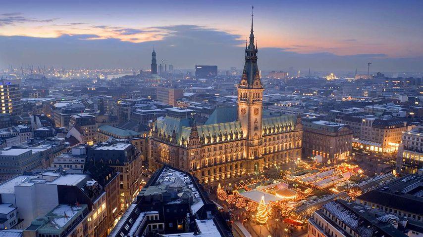 Weihnachtsmarkt auf dem Rathausmarkt, Hamburg, Deutschland