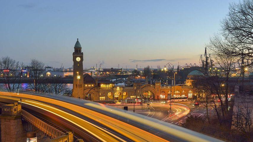 St. Pauli-Landungsbrücken bei Sonnenuntergang, Hamburg, Deutschland