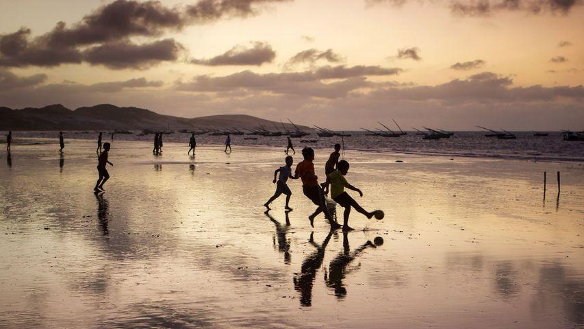 一群男孩儿在日落时分的沙滩上踢足球, 巴西福塔雷萨