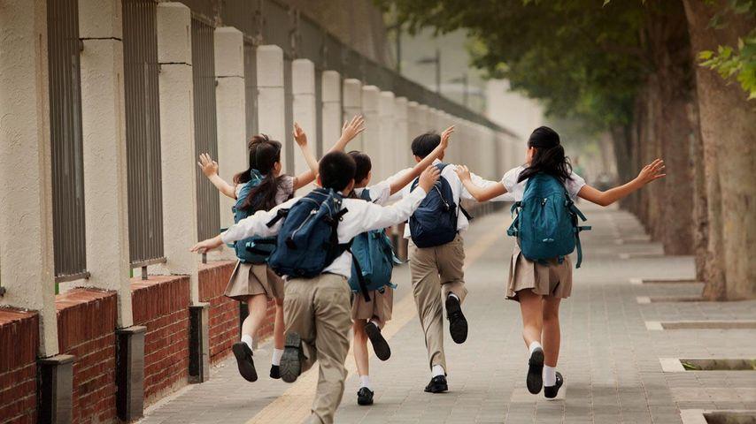 上学路上,身穿校服的学生的背影