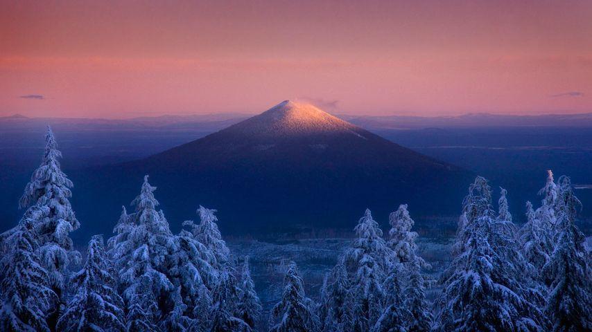 Blick aus dem Mount Jefferson-Wildschutzgebiet auf den Vulkan Black Butte, Oregon, USA