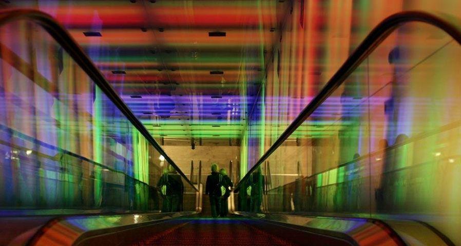 """Rolltreppe durch die """"Tunnel of Light"""" Installation im U-Bahnhof Nydalen, Oslo, Norwegen"""