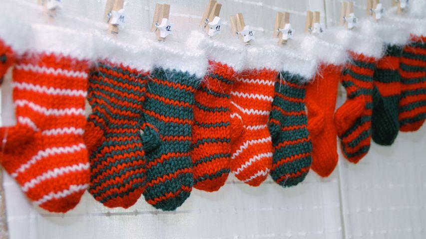 Un calendrier de l'Avent composé de petites chaussettes tricotées
