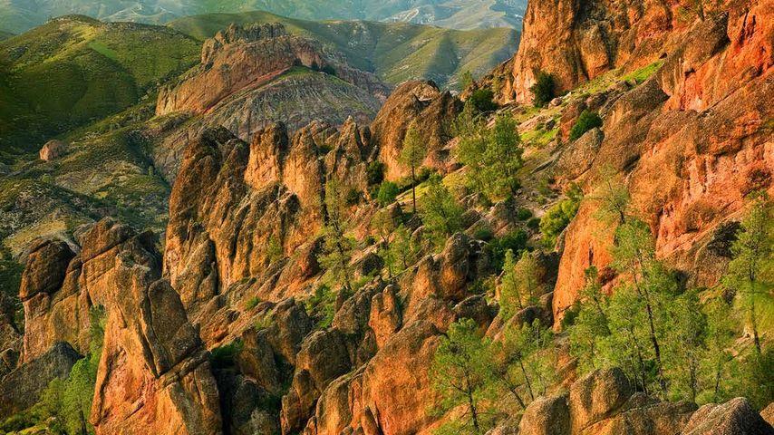 尖塔国家公园里的火山斜坡,美国加利福尼亚州