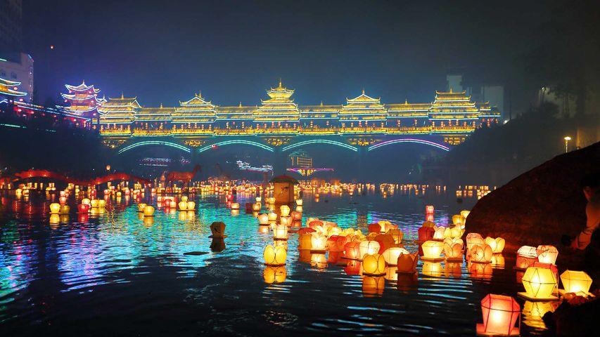 【今日中元节】桂林中元节万盏河灯漂放活动,中国广西 (© VCG/Getty Images)