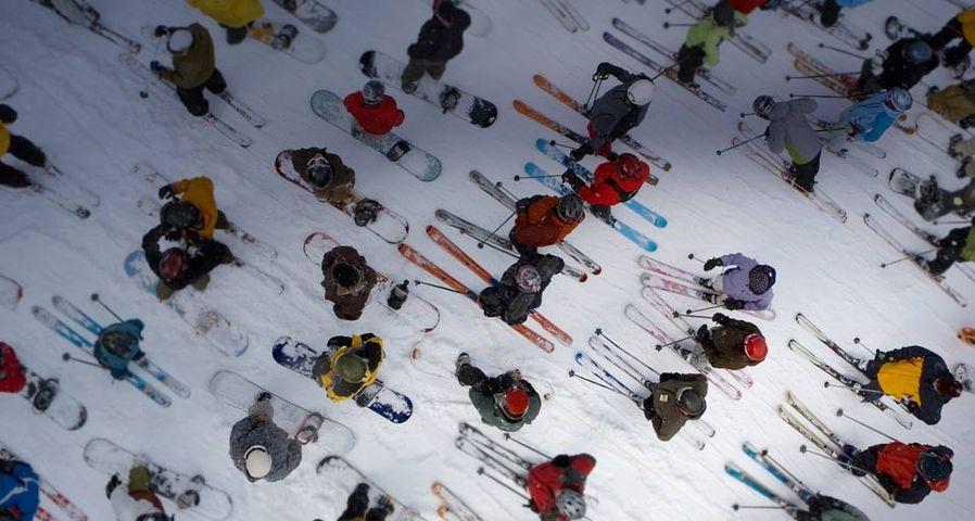 Skifahrer und Snowboarder warten am Lift, Mount Hood, Oregon – Brian Stevenson/Corbis ©