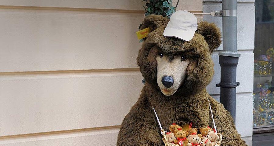 街头向游客兜售货物的玩具熊