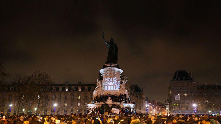 Rassemblement après l'attentat commis dans les locaux de Charlie Hebdo, place de la République, Paris