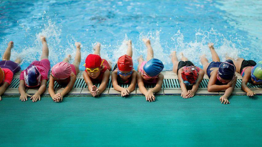 儿童们正在陈经纶体育学校体育馆内参加游泳训练,中国杭州