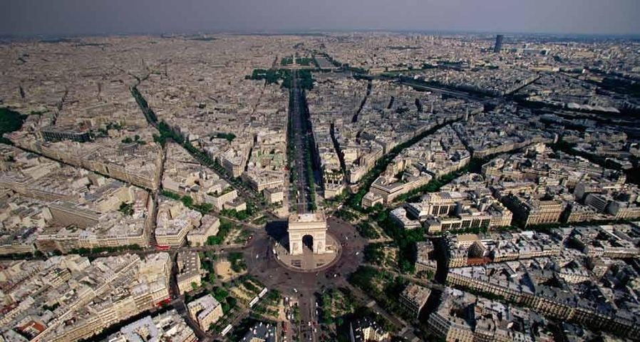Vue aérienne de l'Arc de triomphe et de la place Charles-de-Gaulle à Paris
