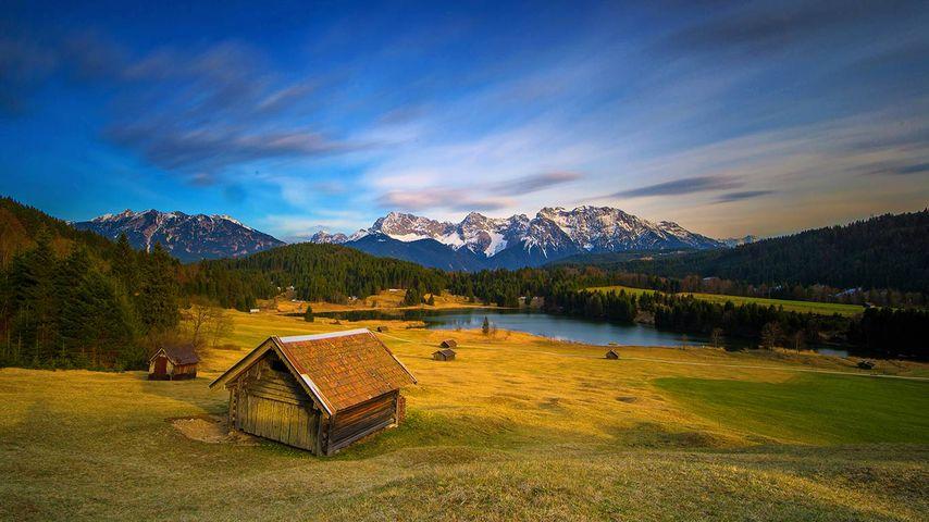 Blick auf das Karwendelgebirge am Wagenbrüchsee bei Klais, Bayern, Deutschland