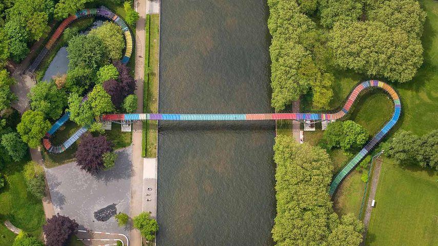 """Luftbild der """"Slinky Springs to Fame""""-Brücke über den Rhein-Herne-Kanal, Oberhausen, Nordrhein-Westfalen, Deutschland"""