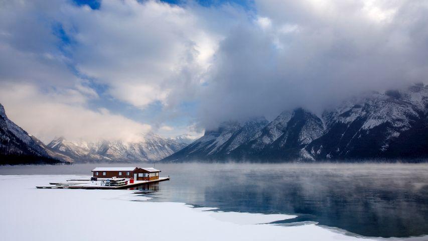明尼万卡湖上的船屋,加拿大阿尔伯塔省班夫国家公园