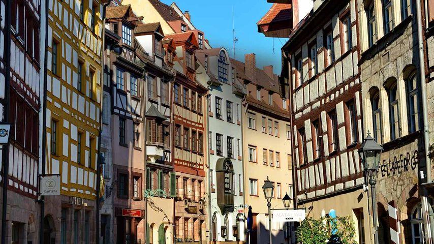 Die Weißgerbergasse, eine typische mittelalterliche Straße mit Fachwerkhäusern in Nürnberg, Franken, Deutschland