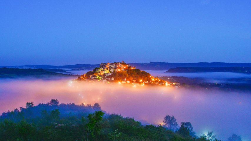 Cordes-sur-Ciel à l'aube, Occitanie, France