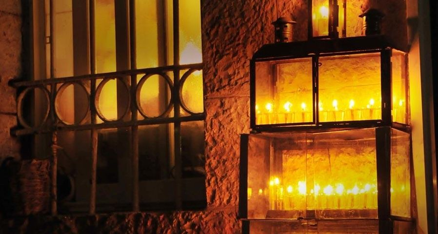 Bougies allumées pour Hanoucca devant une porte d'entrée à Jérusalem, Israël