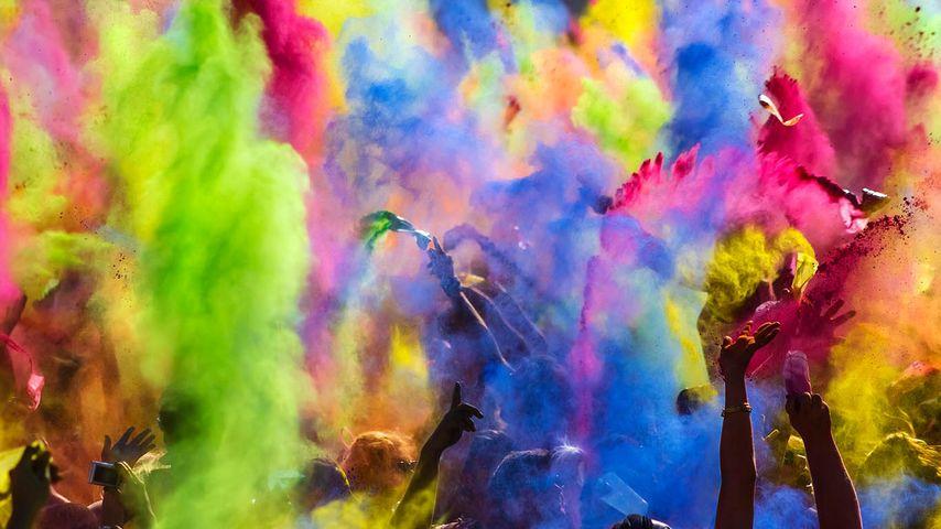 慕尼黑色彩节庆祝活动期间抛洒的彩色粉末,德国