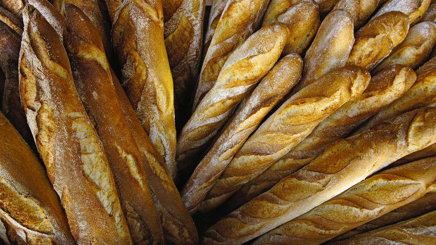 Baguettes dans une boulangerie en Dordogne, France, à l'occasion de la Journée du Pain