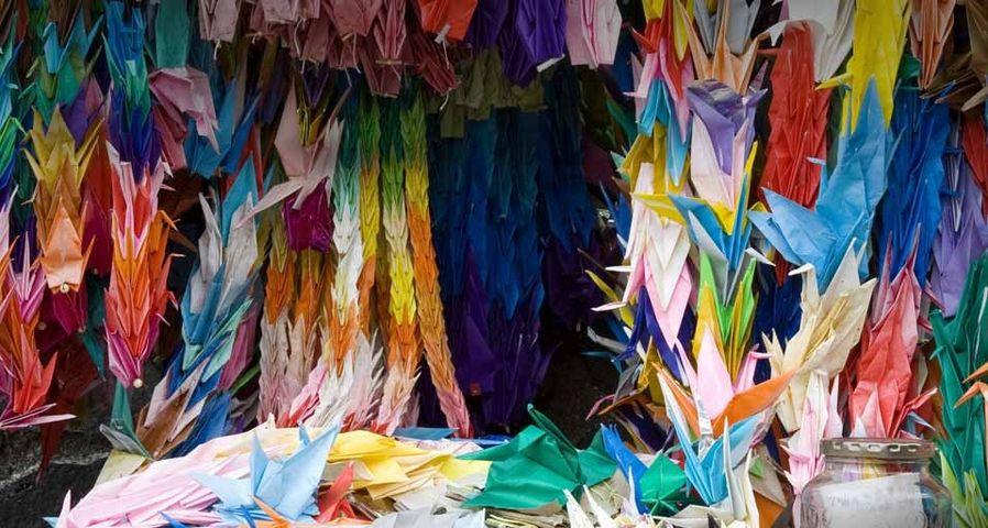 纪念长崎原子弹爆炸的千纸鹤花环