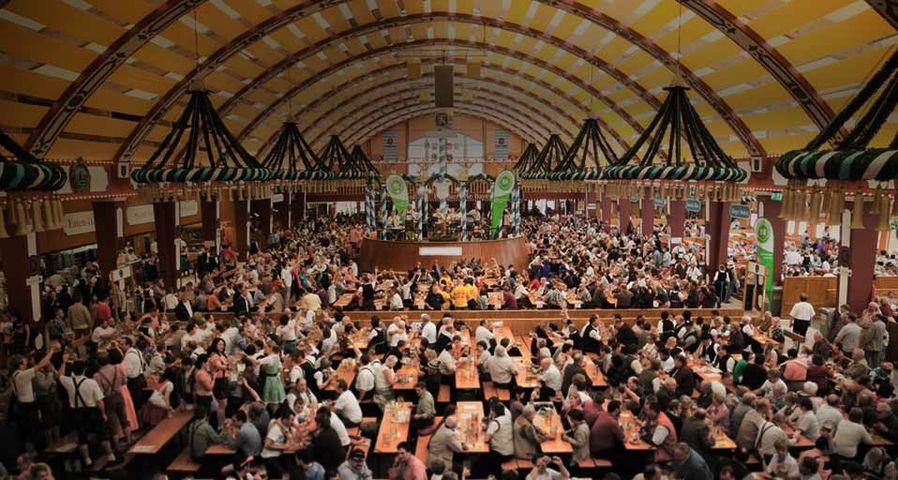 Ein volles Bierzelt nach der Eröffnung des Oktoberfests in München