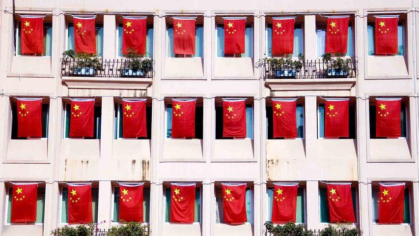 国庆节期间街道上飘扬的五星红旗,中国深圳