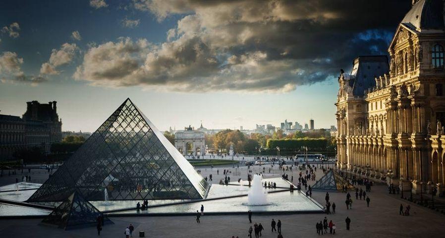 Blick in den Innenhof des Louvre samt berühmter Glaspyramide, Paris – Ron Koeberer/Aurora Photos ©