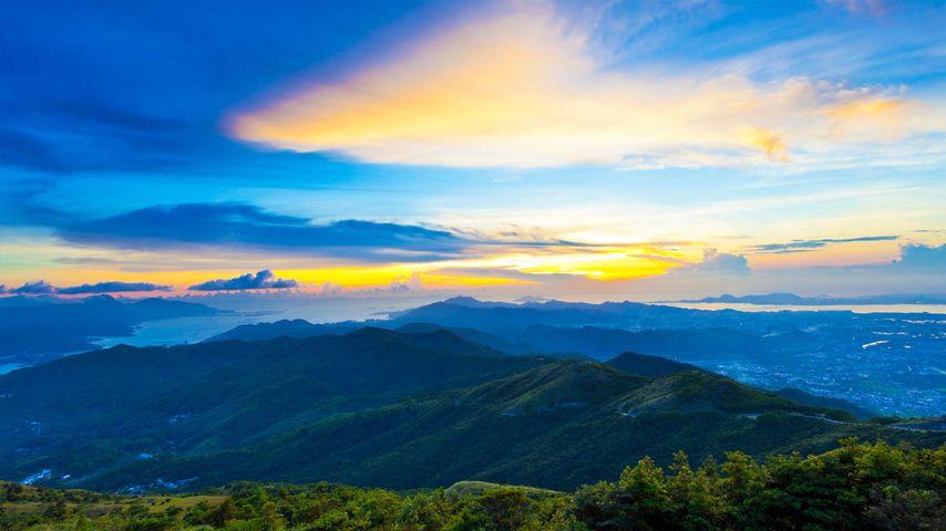 夕阳下雄伟的山川