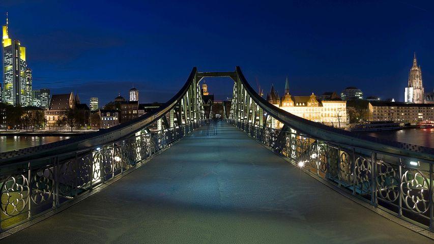 """""""Eiserner Steg"""" und Skyline von Frankfurt, Hessen, Deutschland. Anlässlich der Eröffnung der Frankfurter Buchmesse"""