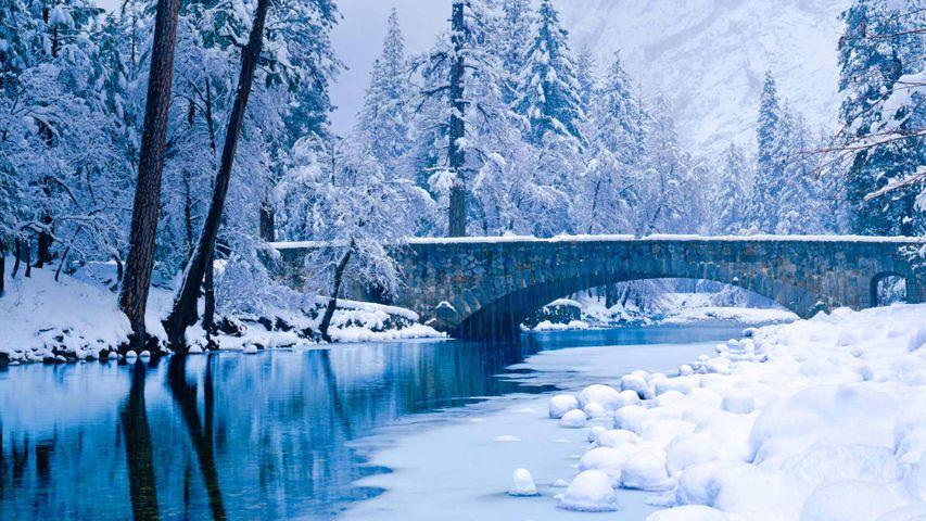 优胜美地国家公园美熹德河上的石人桥