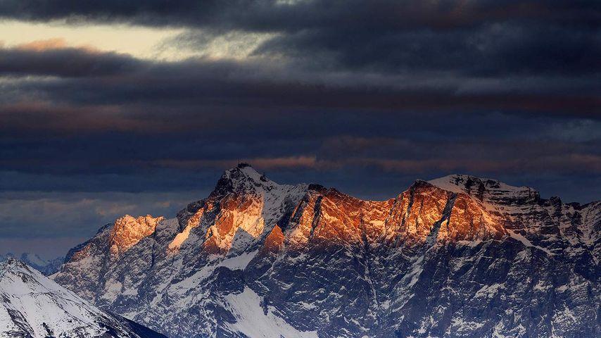 Blick von Berwang, Tirol, Österreich auf die Zugspitze im letzten Abendlicht