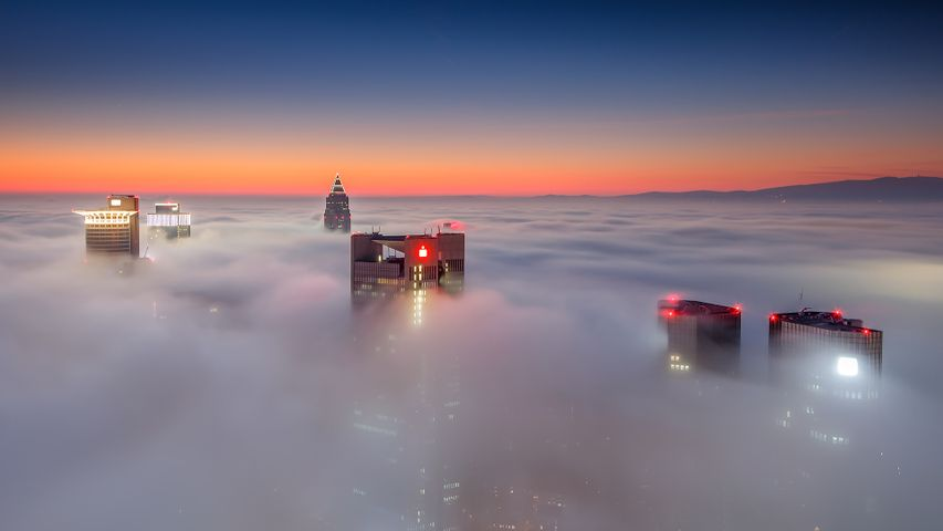 Nebelumhüllte Wolkenkratzer in Frankfurt am Main, Hessen, Deutschland