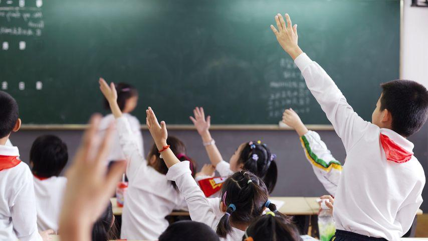 上海的课堂,学生们积极举手回答问题