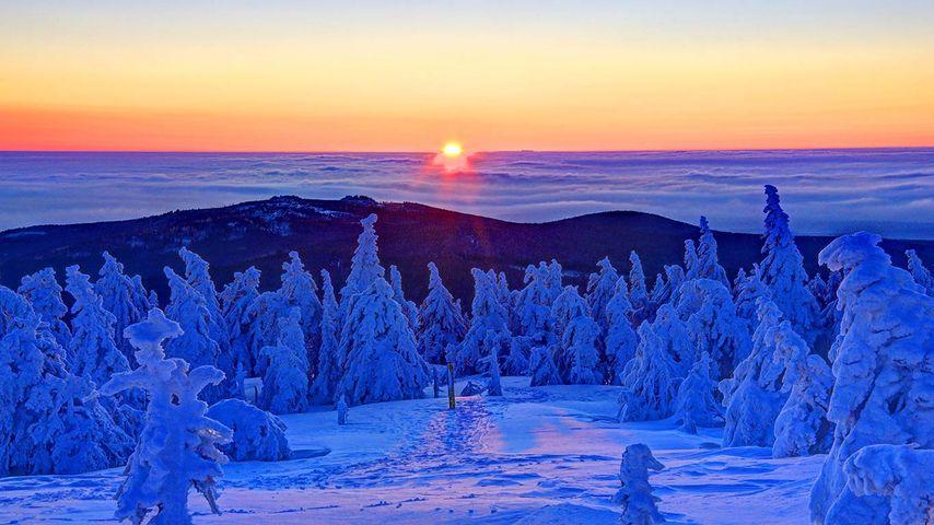 Winterlicher Sonnenaufgang auf dem Gipfel des Brocken, Sachsen-Anhalt, Deutschland