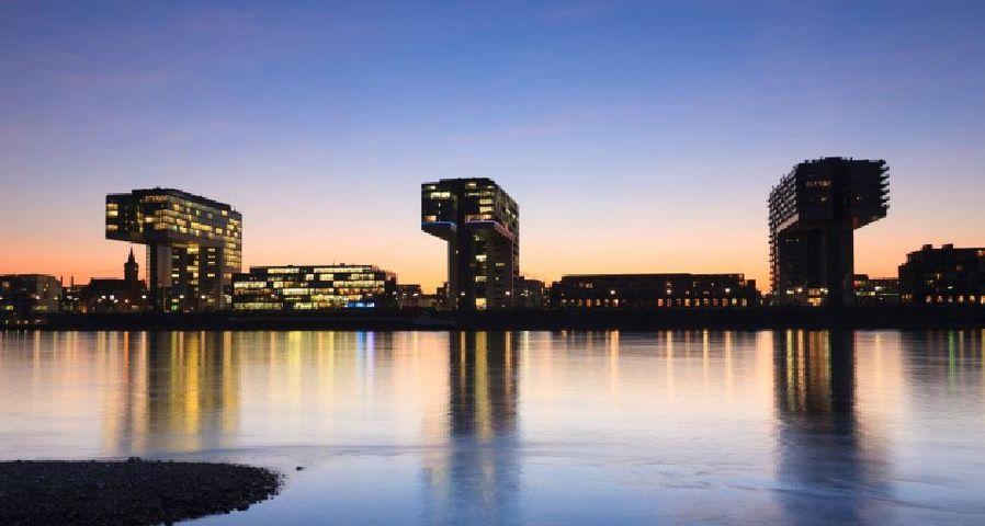 Erleuchtete Kranhäuser am Rhein bei Sonnenuntergang, Köln, Nordrhein-Westfalen