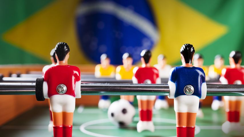 Table de baby-foot avec en arrière-plan le drapeau du Brésil