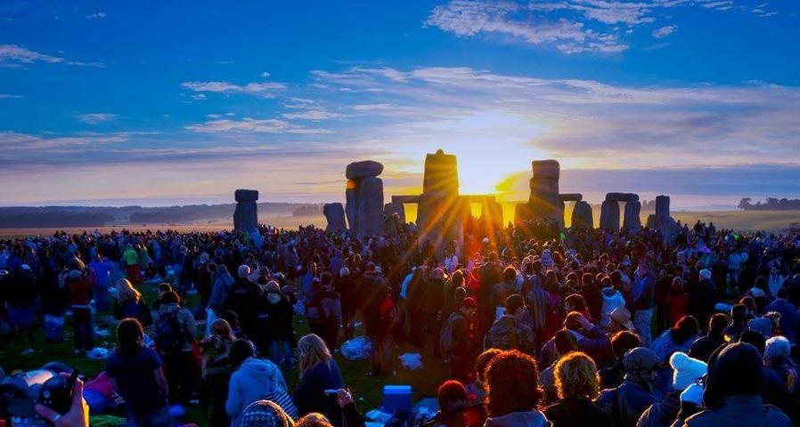 「ストーンヘンジの日の出」イギリス, ソールズベリー