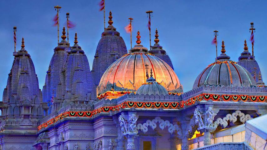 Der für das Lichterfest Diwali geschmückte BAPS Shri Swaminarayan Mandir (Neasden-Tempel) in, London, England