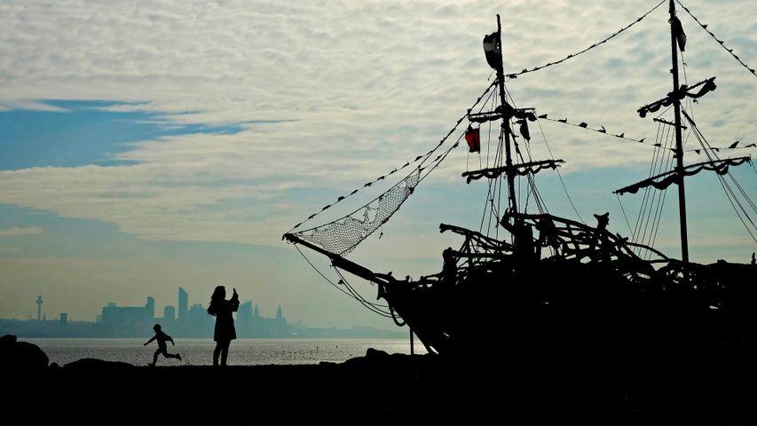 Navire en bois flotté sur la plage de New Brighton près de Wallasey, Angleterre
