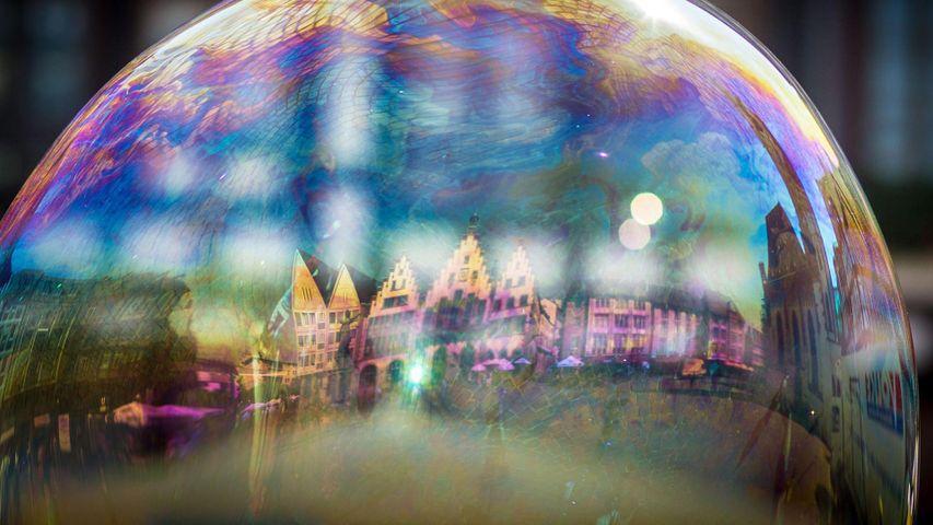 """Das Frankfurter Rathaus (""""Römer"""") spiegelt sich in einer Seifenblase, Frankfurt am Main, Hessen, Deutschland"""