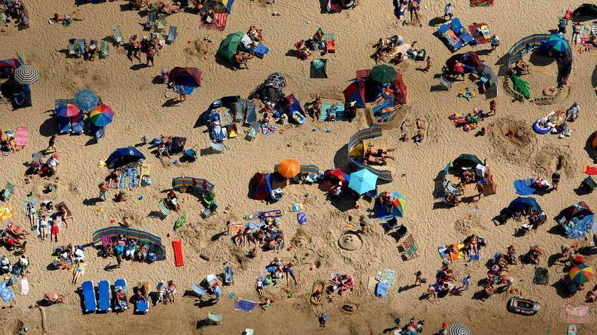 Badegäste am Strand von Weymouth, Dorset, England
