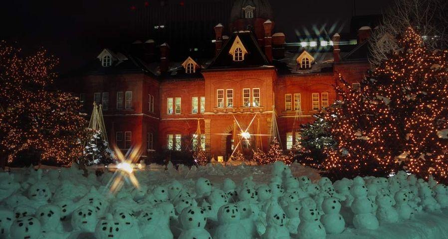 Eine Armee von Mini-Schneemännern steht vor dem alten Verwaltungsgebäude in Sapporo, Hokkaido, Japan – Japan Travel Bureau/Photolibrary ©