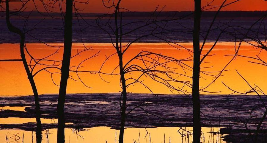 Reflektionen auf einem See bei Sonnenuntergang