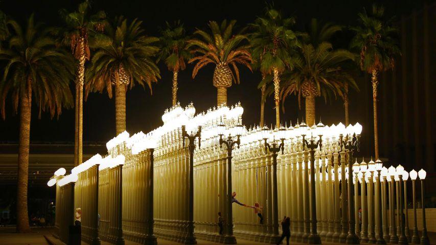 """Des visiteurs dans la sculpture """"Urban Light"""" de Chris Burden au LACMA de Los Angeles, Californie"""