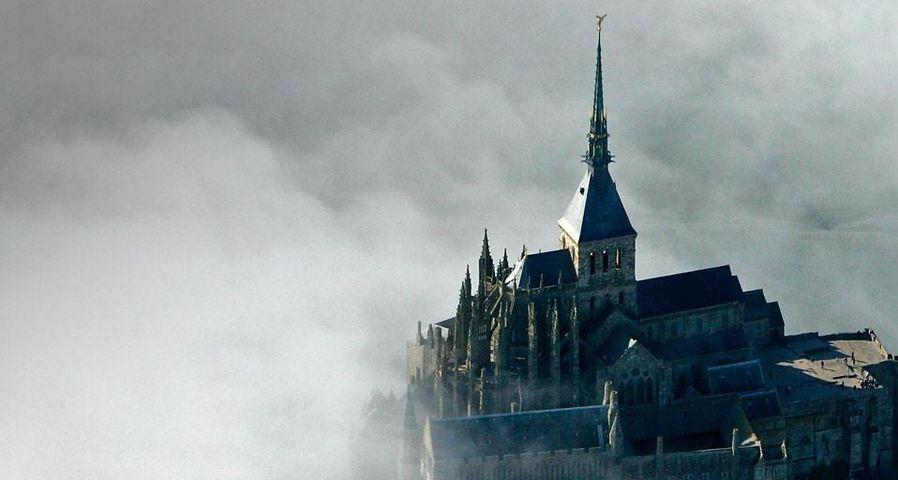 Le mont Saint-Michel dans la brume, département de la Manche, Basse-Normandie